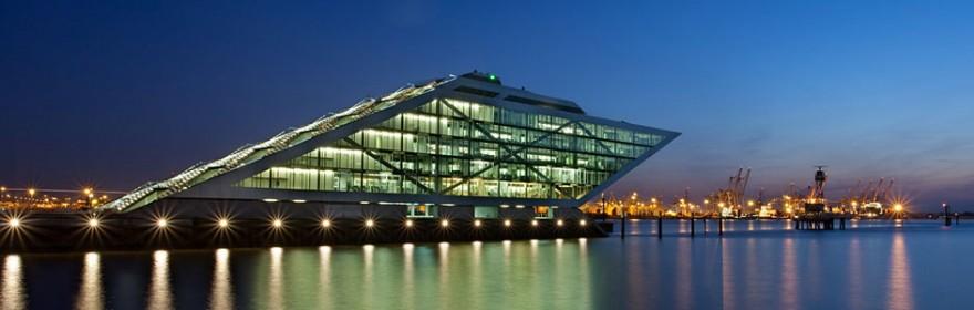 """Complejo de oficinas """"Dockland"""" en el puerto de Hamburgo"""